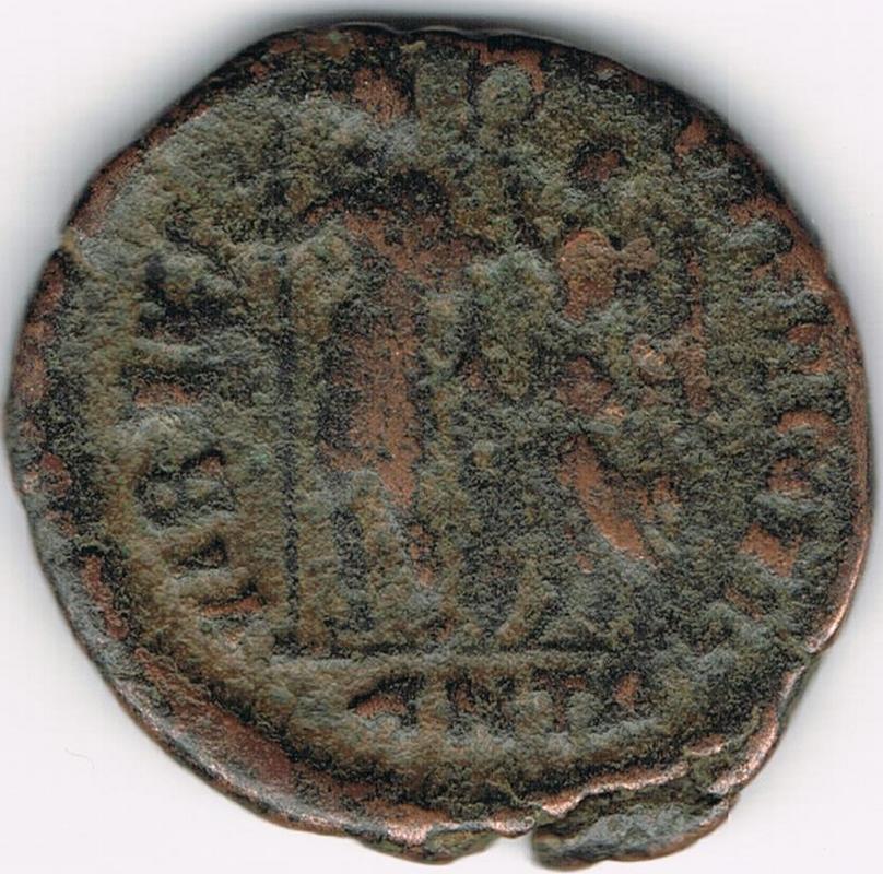 AE3 de Arcadio. VIRTVS – EXERCITI. Emperador siendo coronado por Victoria. Antioch. IR49_B
