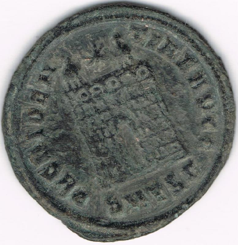 AE3 de Constantino I. PROVIDENTIAE AVGG. Puerta de campamento. Tesalónica IR114_BB