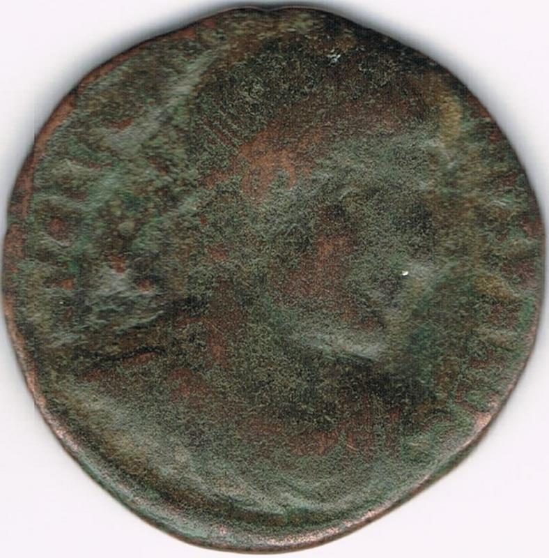 AE3 de Valentiniano I. GLORIA RO-MANORVM. Emperador a dcha. arrastrando cautivo.Tesalónica. IR39