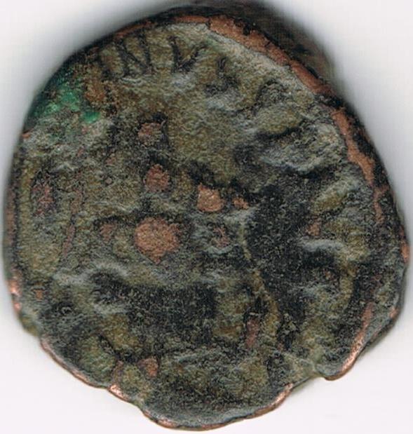 AE4 de Valentiniano II. SALVS REI-PVBLICAE. Victoria avanzando a izq. arrastrando a cautivo. Antioch. IR58_A