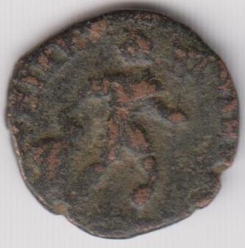 AE3 de Valente. GLORIA ROMANORVM. Emperador arrastrando a cautivo a dcha. Ir240b