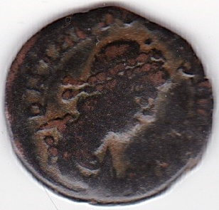 AE4 de Teodosio I. SALVS RE-PUBLICAE. Victoria arrastrando a cautivo a izq. IR246_A