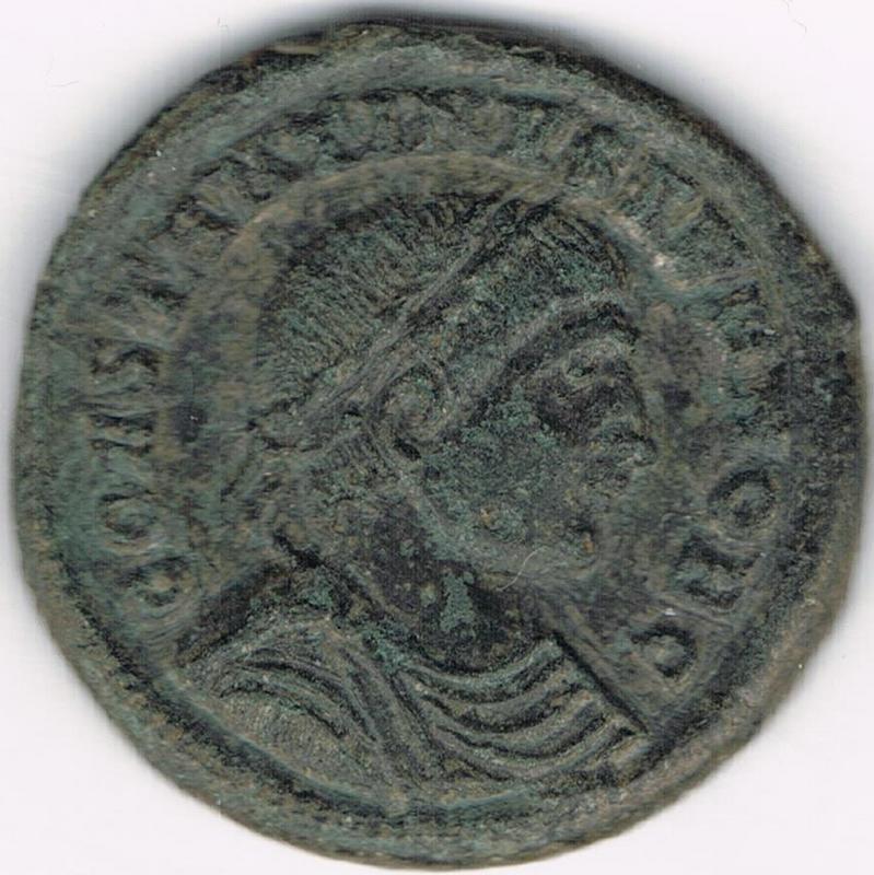 AE3 de Constantino II. PROVIDENTIAE CAESS. Puerta de campamento. Heraclea IR111_AA