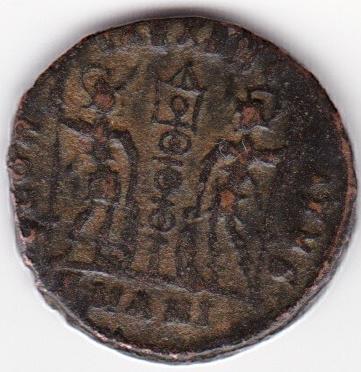 AE4 de Constante I.  GLOR-IA EXERC-ITVS. Un estandarte entre dos soldados. Antioch. IR85_B