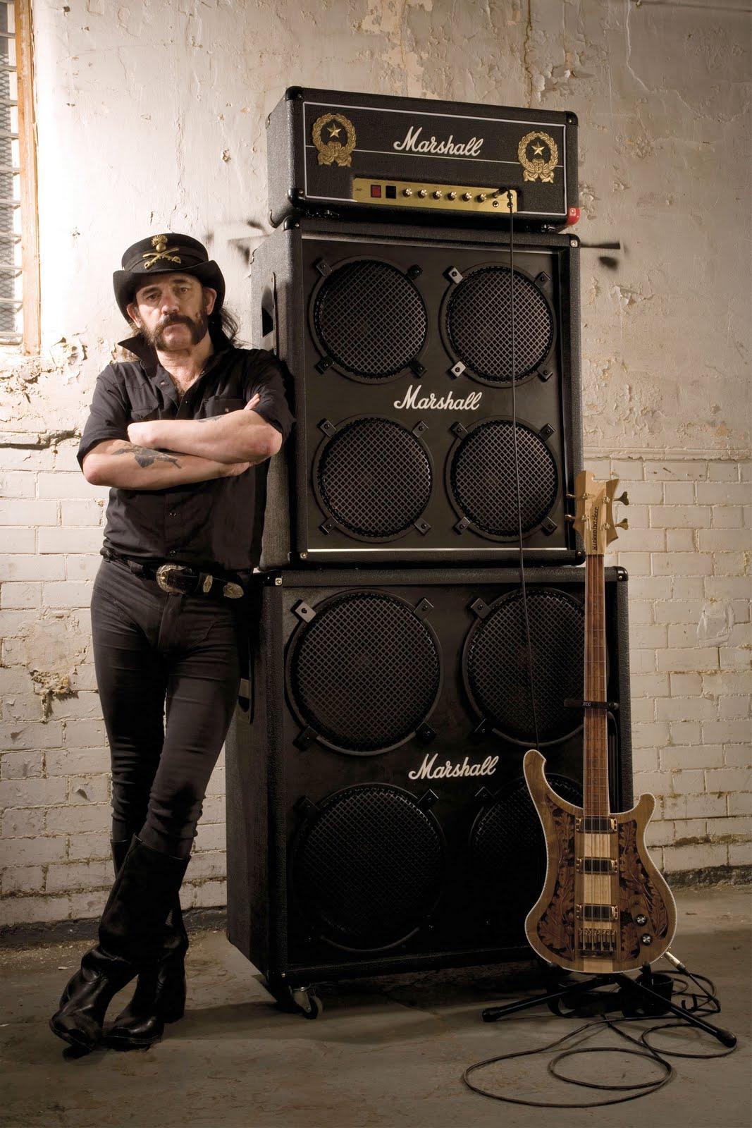 Seu baixista e o baixo dele - Página 2 Lemmy_with_stack