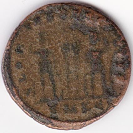 AE3 de Constantino I. GLORIA EXERCITVS. Soldados entre 2 estandartes. IR73_B