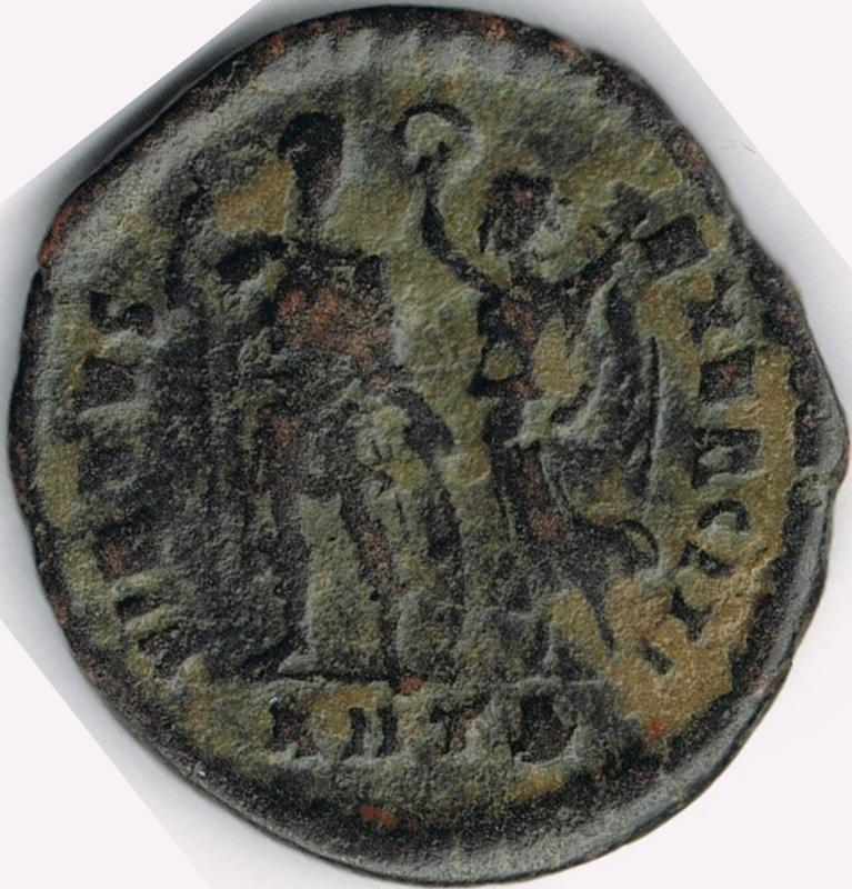 AE3 de Arcadio. VIRTVS – EXERCITI. Emperador siendo coronado por Victoria. Antioch. IR5_B