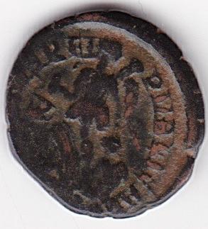 AE4 de Teodosio I. SALVS RE-PUBLICAE. Victoria arrastrando a cautivo a izq. IR246_B