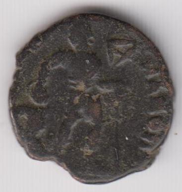 AE3 tipo GLORIA RO-MANORVM. Emperador arrastrando a cautivo a dcha.  Ir236b