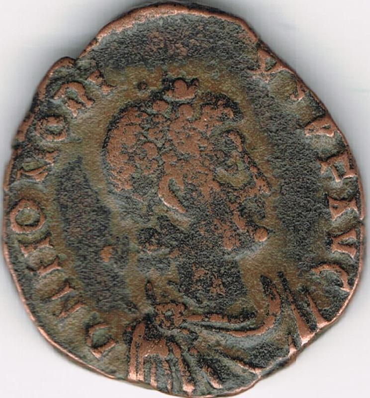 AE3 de Honorio. VIRTVS – EXERCITI. Honorio coronado por Victoria. Antioch. IR54_A