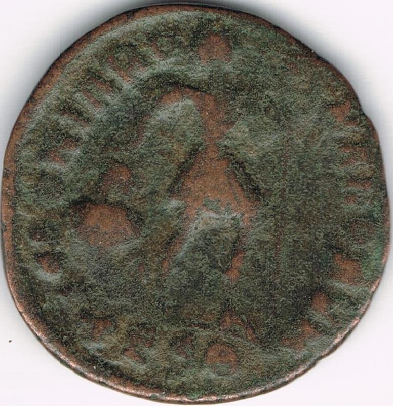 AE3 de Valentiniano I. GLORIA RO-MANORVM. Emperador a dcha. arrastrando cautivo.Tesalónica. IR39_B