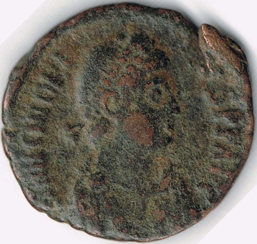 AE3 de Arcadio. VIRTVS – EXERCITI. Emperador siendo coronado por Victoria. Antioch. IR49_A
