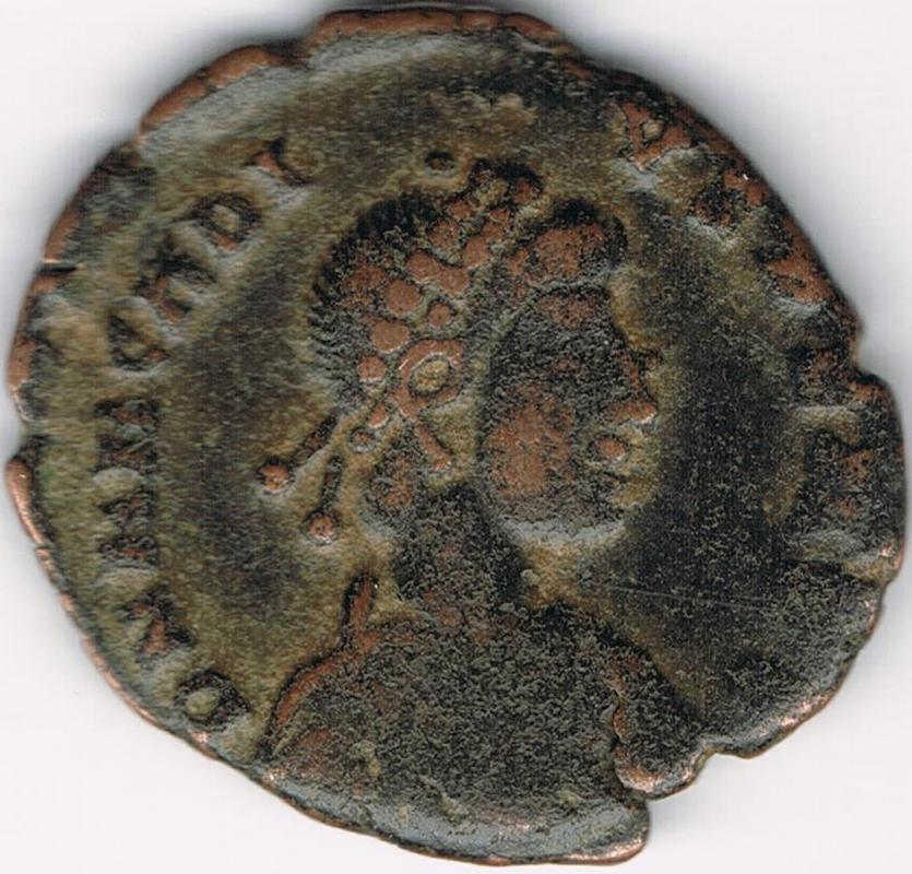 AE3 de Arcadio. VIRTVS – EXERCITI. Emperador siendo coronado por Victoria.  IR53_A