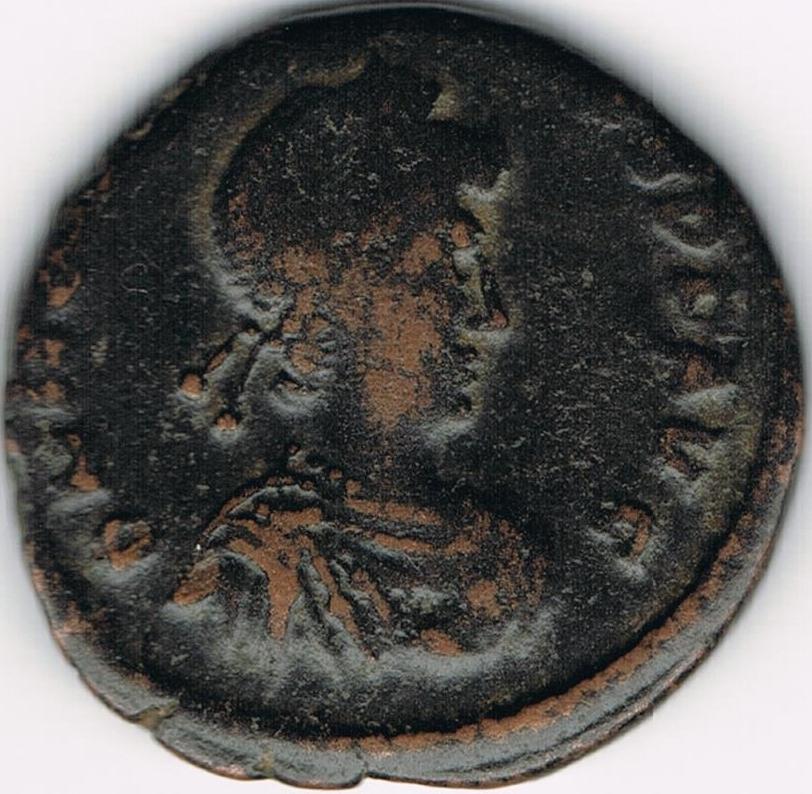 AE3 de Honorio. VIRTVS – EXERCITI. Honorio coronado por Victoria. IR38