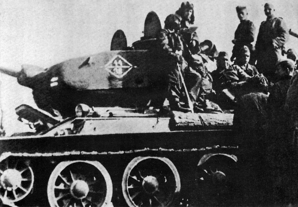 """Т-34/85. 1-я Гвардейская танковая армия, 11-й Гвардейский корпус, 44-я Гвардейская бригада."" Берлин 1945 г. 0_1236fb_f1925aed_XXL"