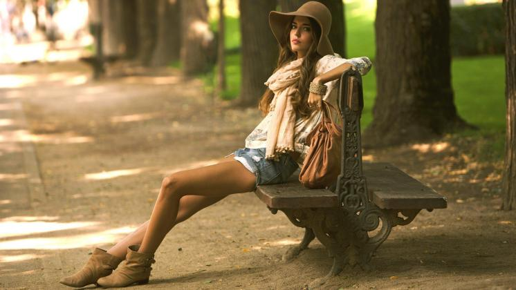 Gijom Muso-Central Park - Page 2 Women-outdoors-women-model-brunette-legs-hat-sitting-photography