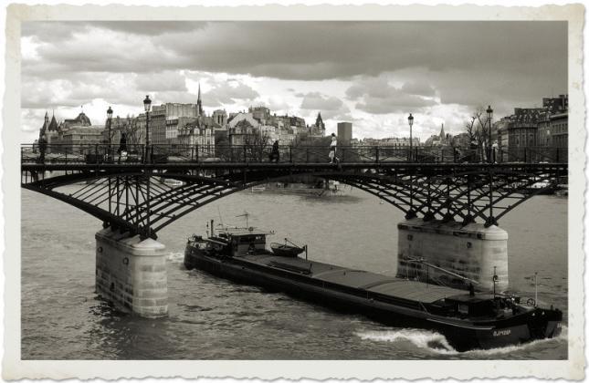 Stan u Parizu - Gijom Muso 97304419.Xec4_Whc_X.Passerelledes_Artsdayofrain_BW