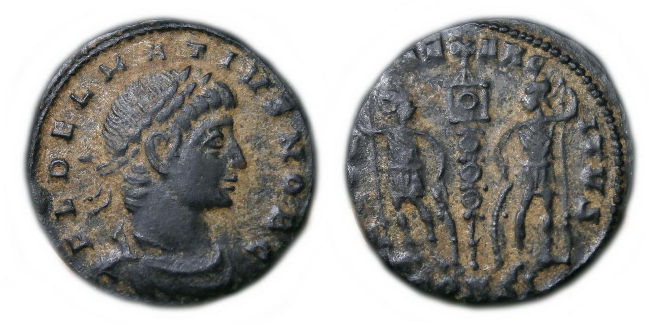 AE3 de Delmacio. GLOR-IA EXERC-ITVS. Estandarte entre dos soldados. Constantinopla.  Delmacius