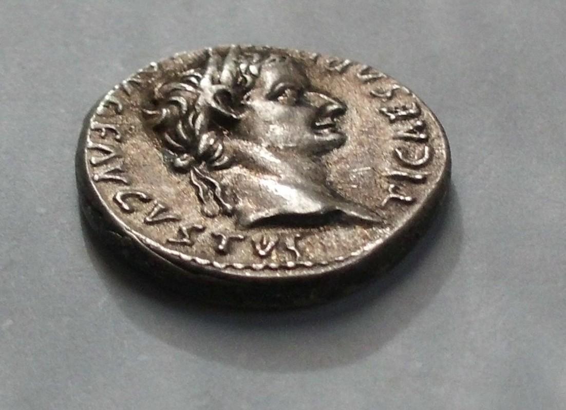 Denario fundido de Tiberio PONTIF MAXIM Livia sedente a dcha. Ceca Roma. CIMG3040