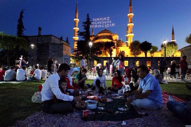 انشودة تركية لشهر رمضان Family-food-hijab-islam-Favim.com-2871188