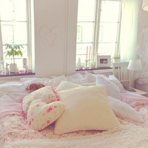 غرف نوم رائعة Bed-bedroom-comfy-cozy-Favim.com-933678