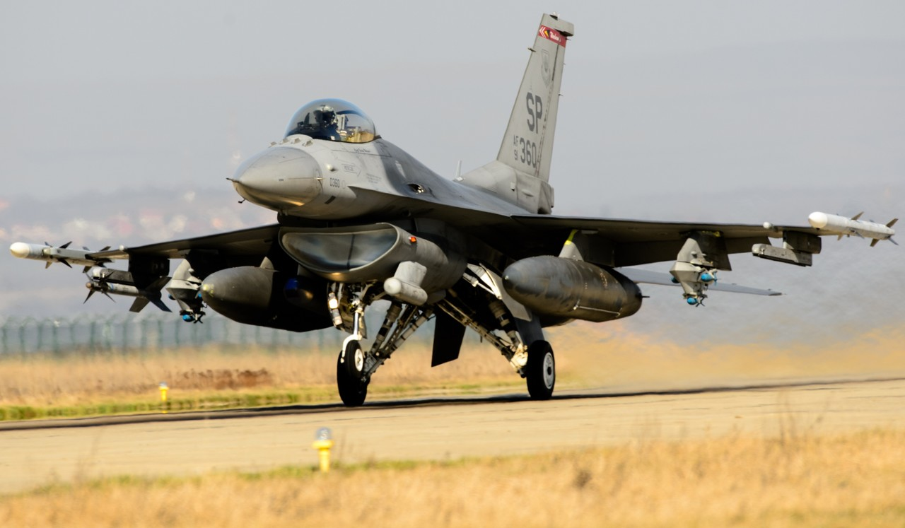 F-16 Fighting Falcon - Page 6 1820535