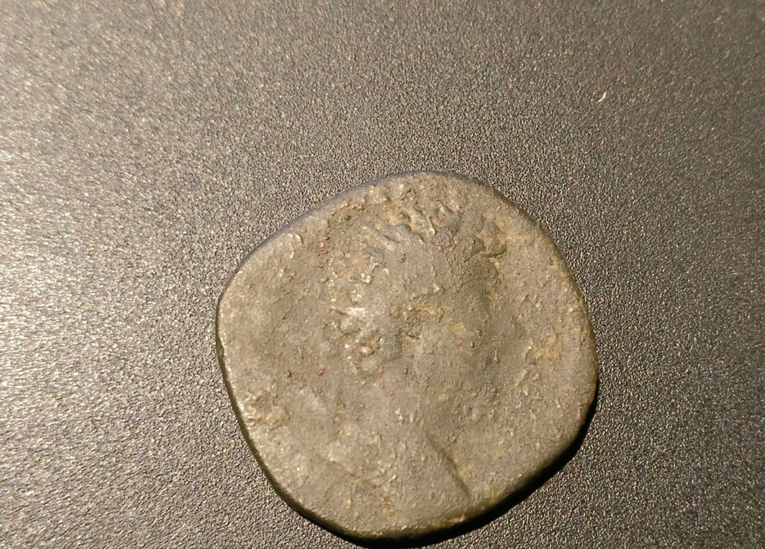 Dupondio de Marco Aurelio. TR POT XX IMP IIII COS III - S C. Victoria estante de frente con escudo inscripción VIC PAR. Ceca Roma. IMG_20170409_213535