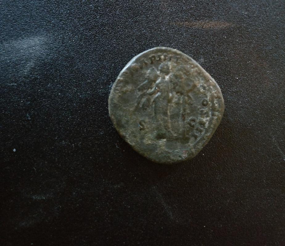 Dupondio de Marco Aurelio. TR POT XX IMP IIII COS III - S C. Victoria estante de frente con escudo inscripción VIC PAR. Ceca Roma. IMG_20170409_201820_01