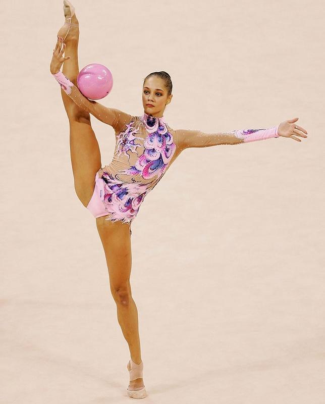 """Trang phục thi đấu thể dục dụng cụ """"mặc như không"""" Irina-tchachina3-1526035283-width650height808"""