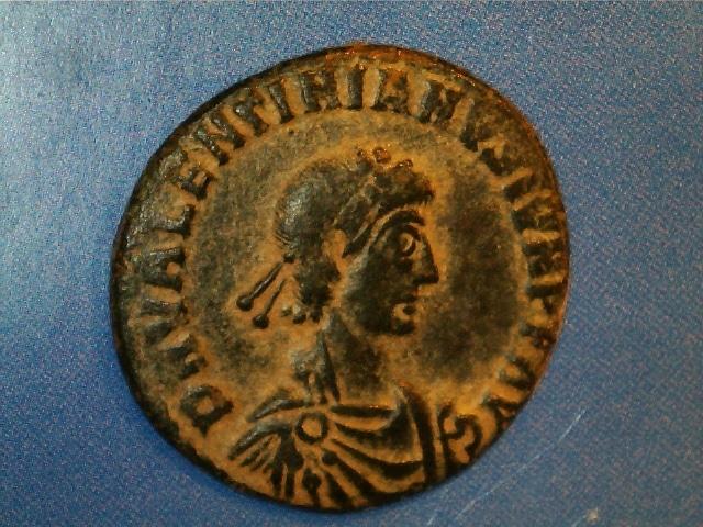 AE2 de Valentiniano II. REPARATIO REIPVB. Emperador estante de frente dando la mano a mujer arrodillada. Ceca Siscia. 2017_03_18_0001_0_X