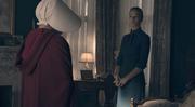 Episodio 1: Offred (Defred) Elisabeth-moss-yvonne-strahovski-handmaids-tale-hulu
