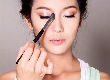 Cách hướng dẫn trang sống mũi theo phong cách Hàn Quốc Cach-trang-diem-song-mui-cho-khuon-mat-hoan-hao-1-450x326