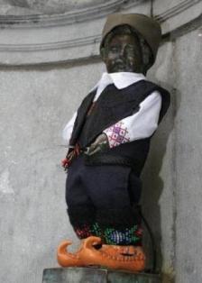 Čudne statue širom sveta - Page 4 Decak-koji-piski-srpska-narodna-nosnja2
