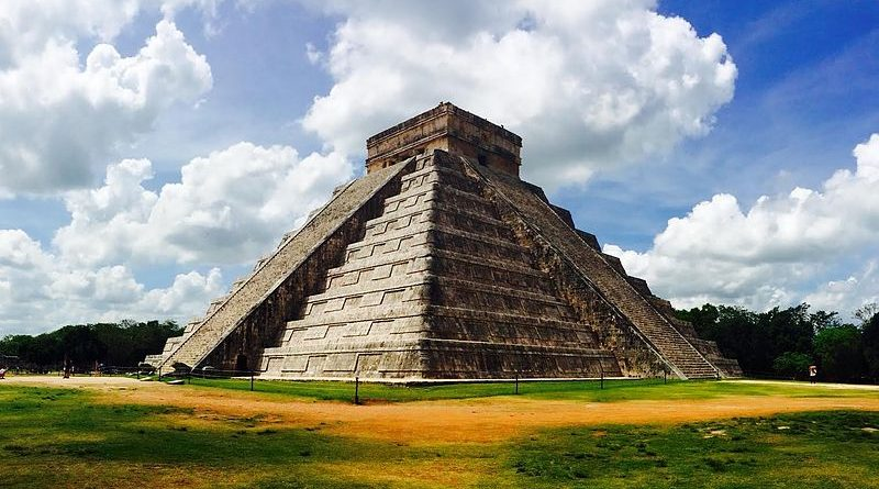 Une pyramide retrouvée cachée à l'intérieur de l'une des pyramides les plus emblématiques du monde El_Castillo_aka_Temple_of_Kukulcan_Chich%C3%A9n_Itz%C3%A1_-_Mexico_-_21_May_2014-800x445