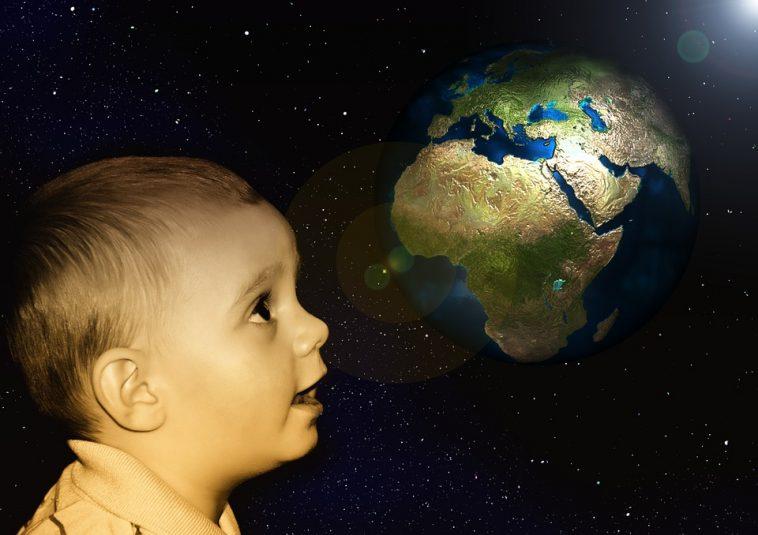 Un pas de plus vers la reproduction humaine dans l'espace Boy-View-Earth-Baby-Marvel-Globe-Look-Children-116155-758x535