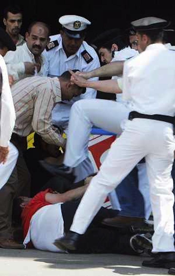 malakat yamine malakt aymanoukoum PAS esclaves 2006-5-21-egypt-police-kick-protester