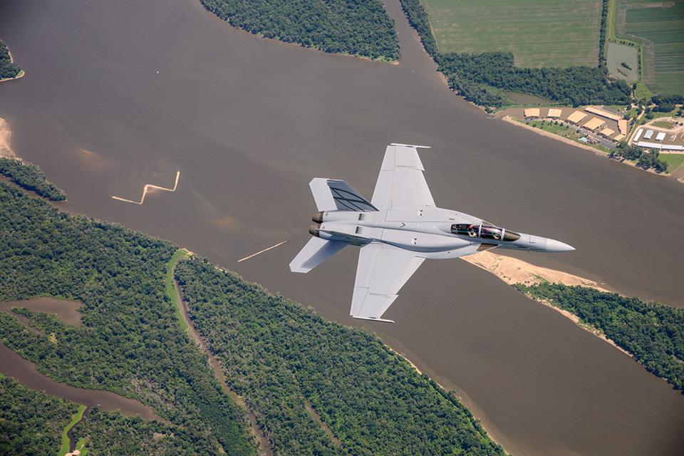 بوينغ تشق طريقها للفوز بعقد تزويد الكويت بمقاتلات F-18 Super Hornet   Hornet_gallery_lrg_06_960