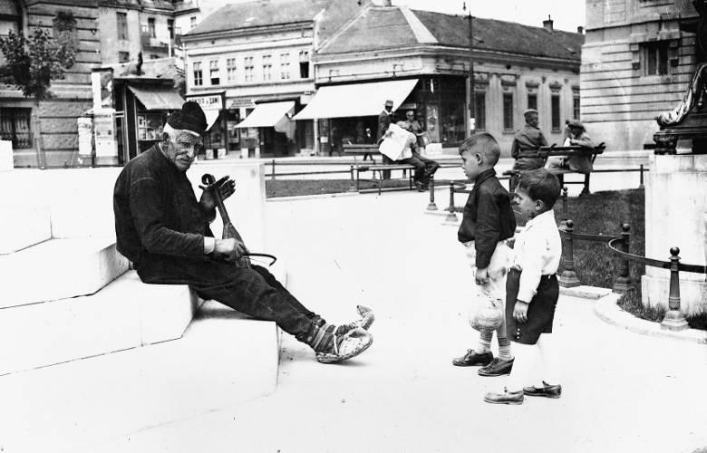 Slike starog Beograda - Page 4 Guslar-na-Pozorisnom-trgu