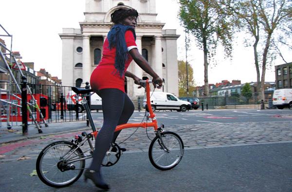 La libération de la femme... par le vélo Brompton_black_woman