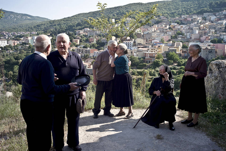 Want Great Longevity and Health? It Takes a Village  BN-IN994_LONGEV_J_20150521165124