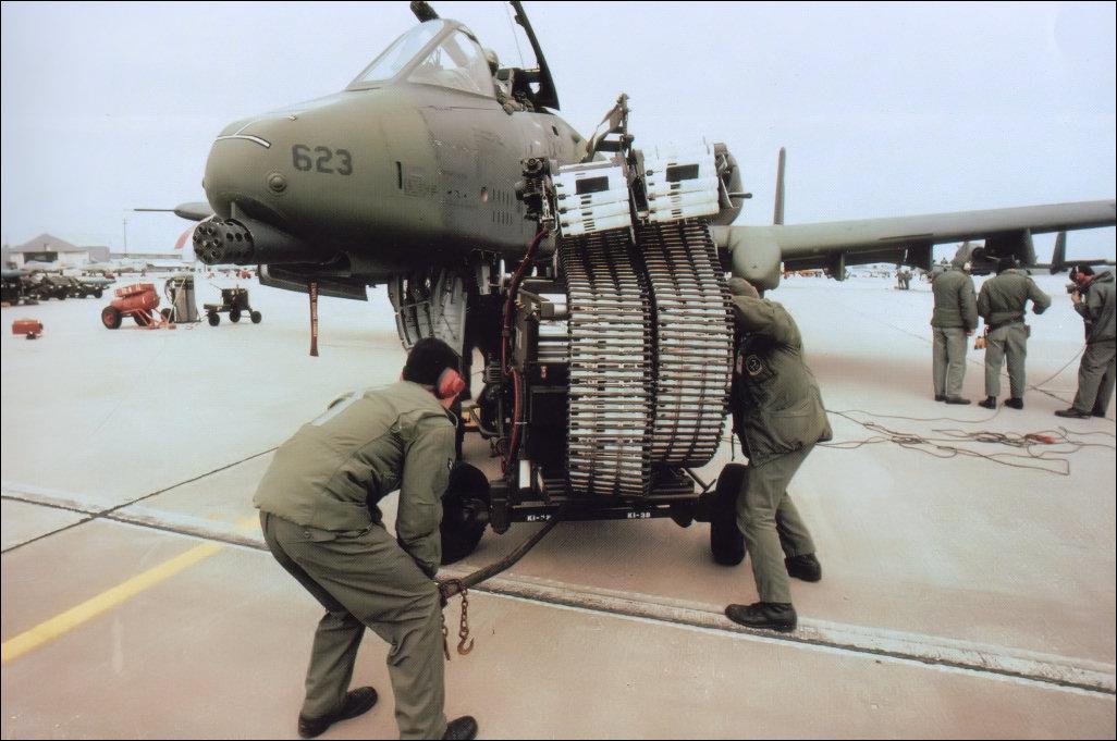 طائره الهجوم الارضى الامريكيه  A-10 Thunderbolt II , مفترسه المدرعات .   6