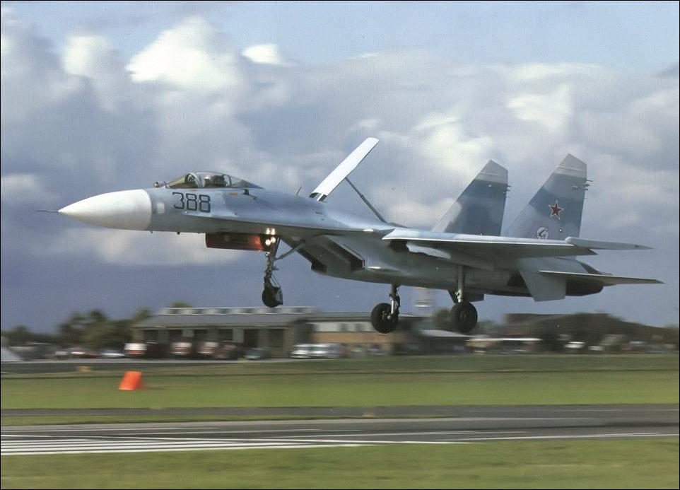 اقوى اربع مقاتلات فى العالم  Su-27_landing_large
