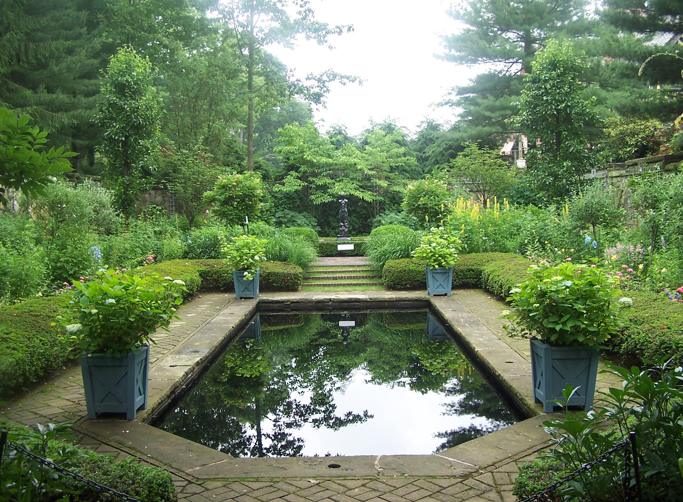Vrtovi - Page 2 Stan-hywet-gardens-pool-in-english-garden-june-13-2010
