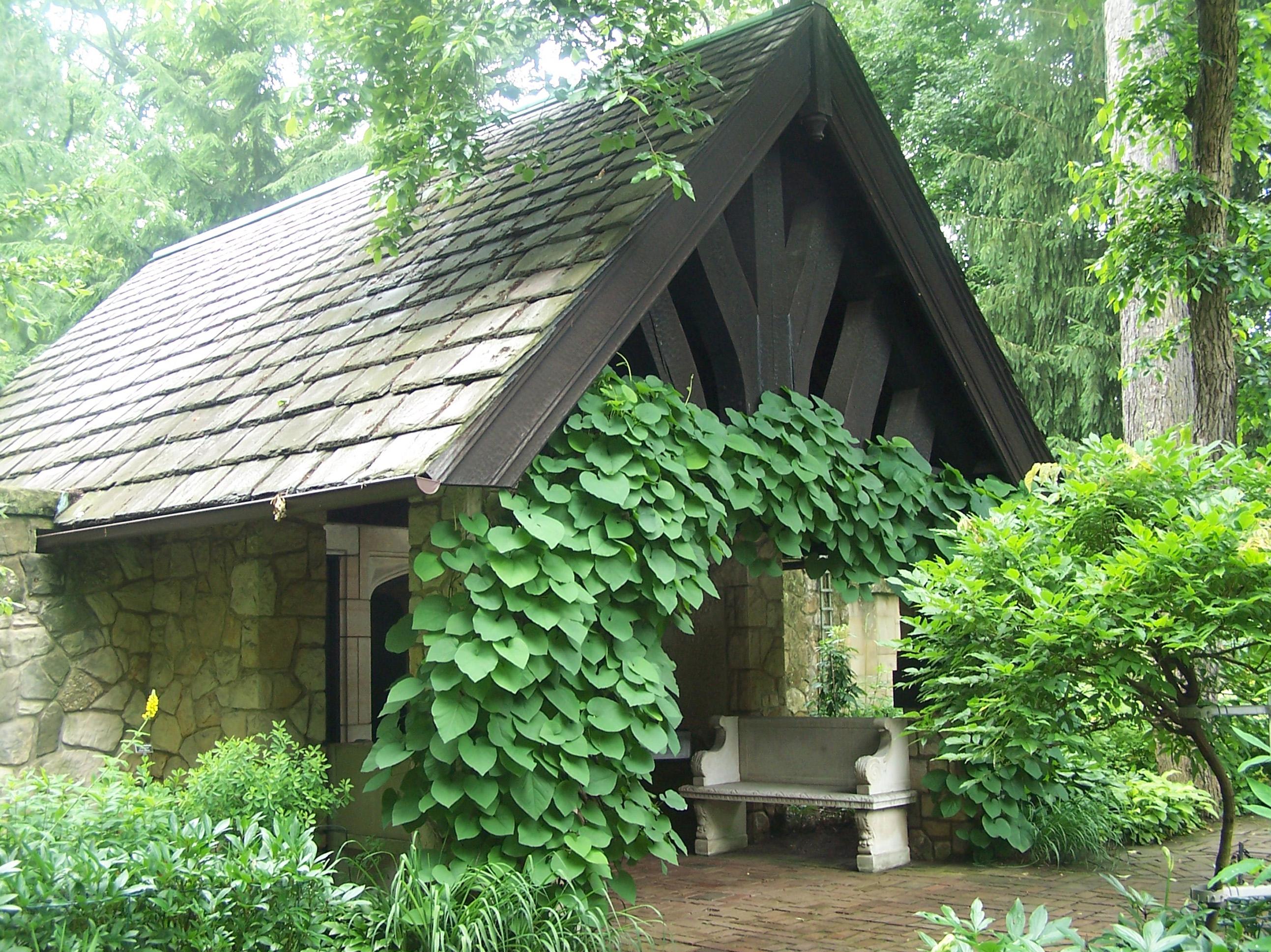 Vrtovi - Page 2 Stan-hywet-gardens-shelter-in-english-garden-june-13-2010