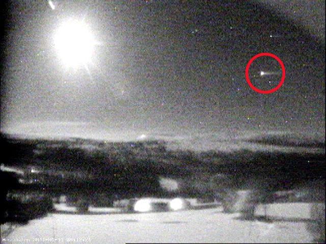 1990: Moscou  trois ovnis photographiés au dessus d'un aéroport Ufo1404201101217763a