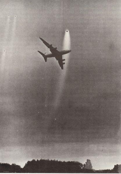 1990: Moscou  trois ovnis photographiés au dessus d'un aéroport Essaiii963001