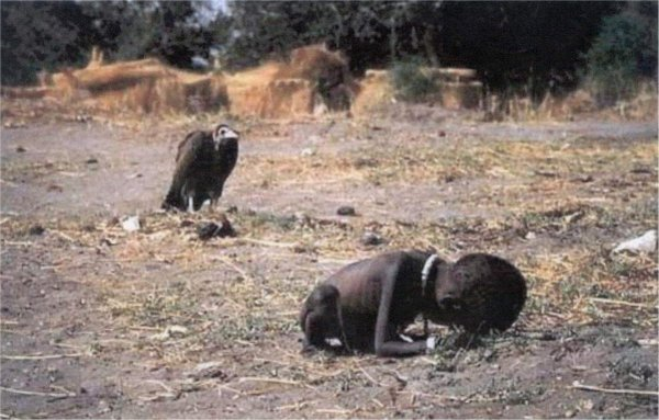 Top 10 15.Starving-Child-Vulture-Sudanese-child-1994