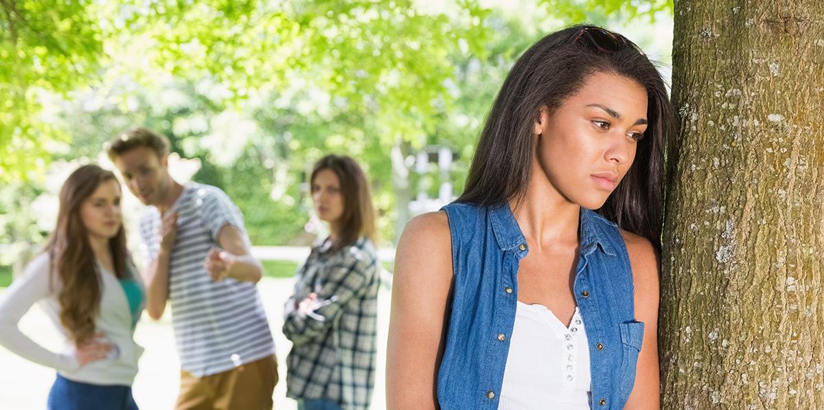 Sentez-vous parfois le rejet ou l'indifférence par votre entourage ? Bigstock-Lonely-student-being-bullied-b-80304071-web2