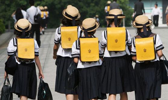 Những phẩm chất rất khó học theo của người Nhật Children-walk-on-way-back-7