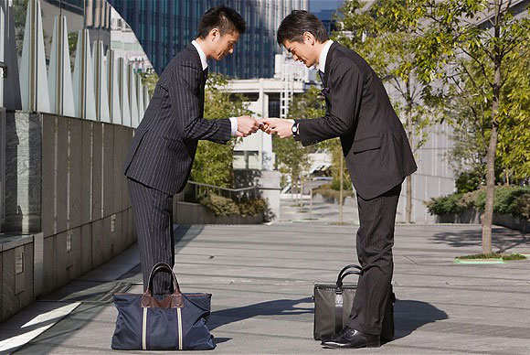 Những phẩm chất rất khó học theo của người Nhật Japan-businessmen-bow-1
